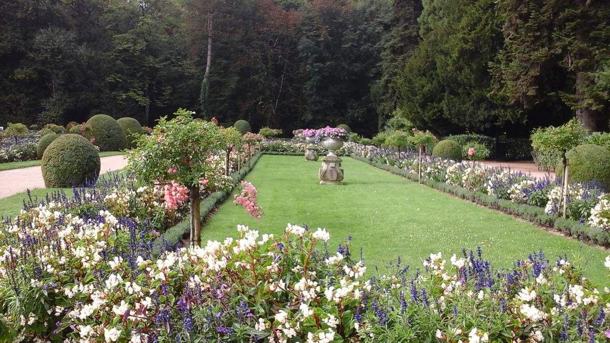 A droite du château le Jardin de Catherine de Médicis et une vue magnifique sur le château.