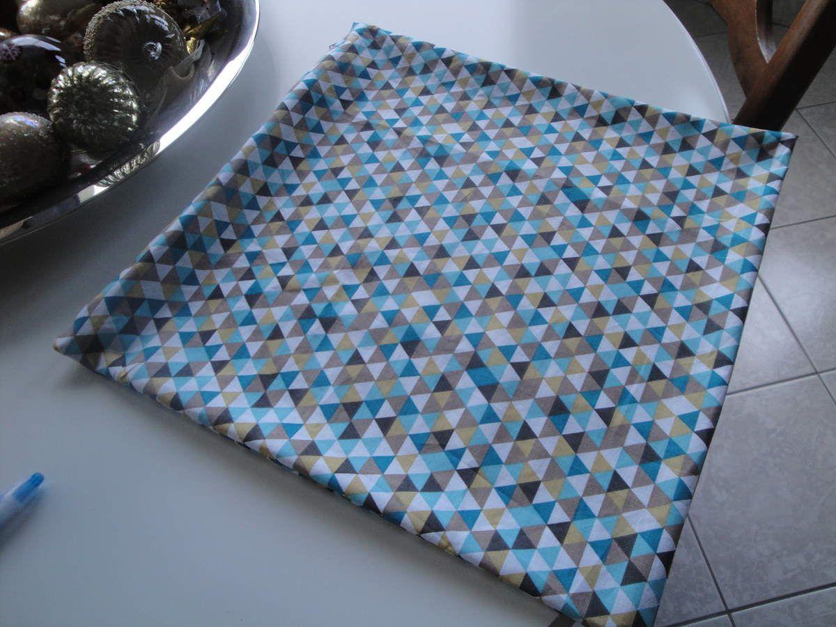 2 de forme carrée zippés, un en coton un en velours, et un en forme de mini polochon en moumoute, non zippé compte tenu de la matière...