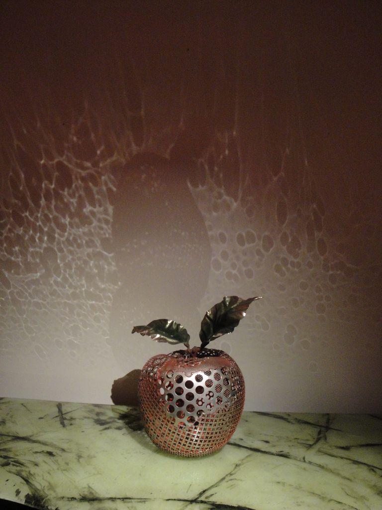 J'ai adoré cette pomme et les jeux de lumière projetés sur le mur.