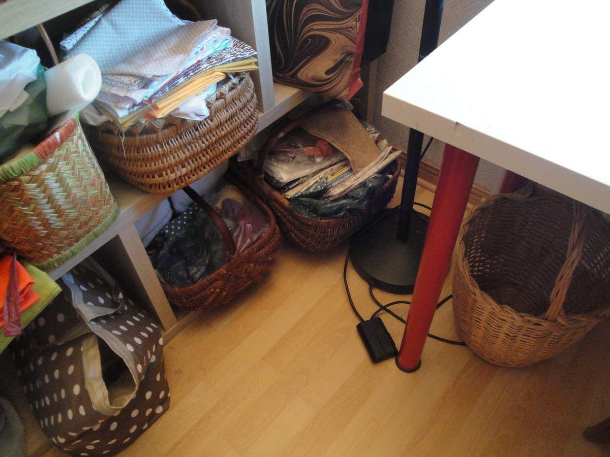 Les stockeurs... pour les tissus... et le vide pour la poubelle. Les stockeurs pour petits restes de laine et petites choses en attente de recyclage !