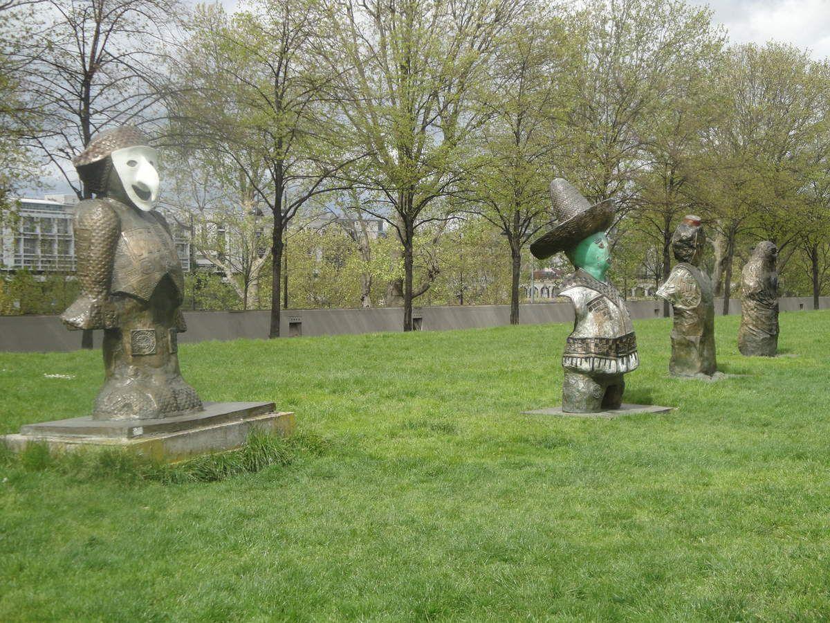 Ces statues sont en bronze réalisées à partir d'empreintes des rues telles que pavés, plaques d'égout ou encore bitume fracturé