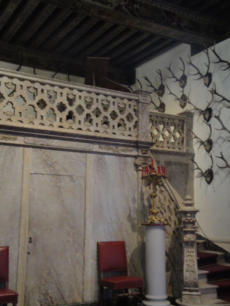 """La salle des trophées-salle à manger :  une """"mezzanine"""" permettait d'y accueillir un piano et un petit orchestre."""