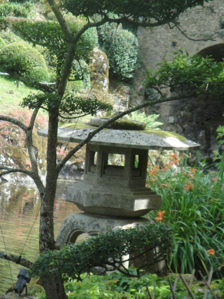 En granit, la lanterne des 3 lumières aux astres lumineux, la lanterne à piedestal dont l'abat-jour est en forme de lotus épanoui et enfin la lanterne de la contemplation de la neige avec ses à piliers.