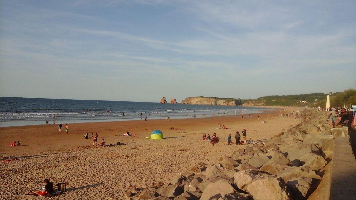 Ma photo préférée d'Hendaye, la plage et les les 2 Jumeaux à droite. A gauche la plage et le cap du Figuier en Espagne. Le coucher de soleil en prime.