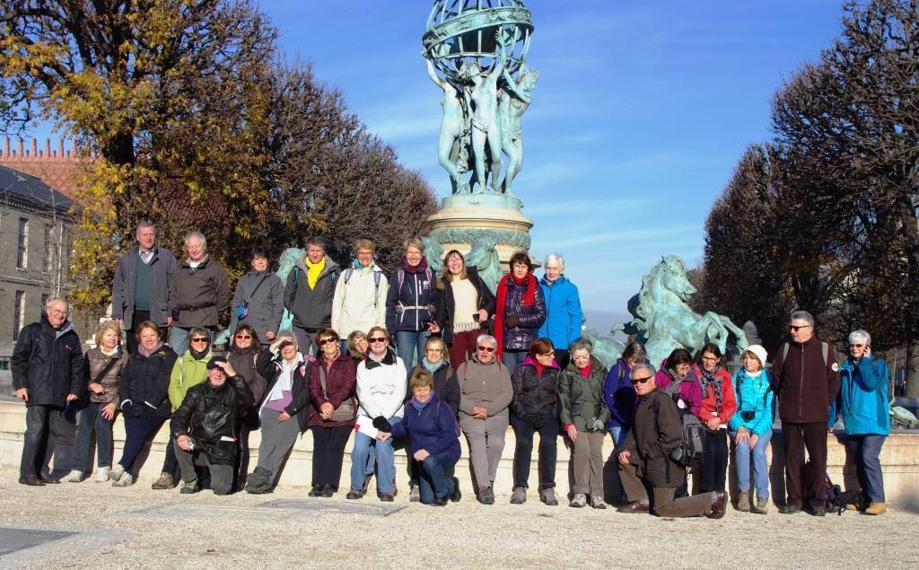 Photographie de groupe devant la fontaine de l'Observatoire sans eau