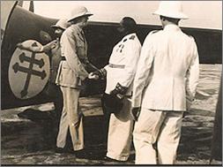 Le général de Gaulle salue le gouverneur général Félix Eboué.