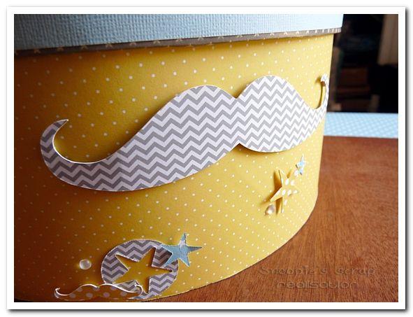 Urne Baptême Arthur - jaune et bleu pastels &amp&#x3B; blanc - moustache