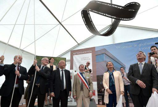 La ministre française de l'environnement, Ségolène Royal (cinquième à droite) assiste à l'inauguration de la centrale géothermique à Rittershoffen le 7 juin 2016