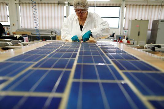 Fabrication de panneaux photovoltaïques par la société coopérative de production SNA, à Tourouvre, en novembre 2016 (CHARLY TRIBALLEAU / AFP)