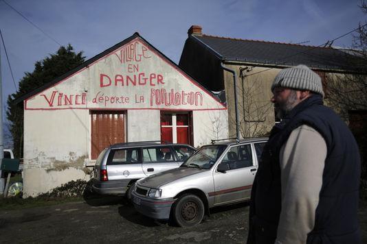 Claude Herbin devant sa maison