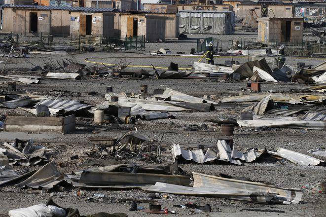 Le camp de Grande-Synthe, après l'incendie qui l'a détruit dans la nuit du 10 au 11 avril 2017. © Reuters