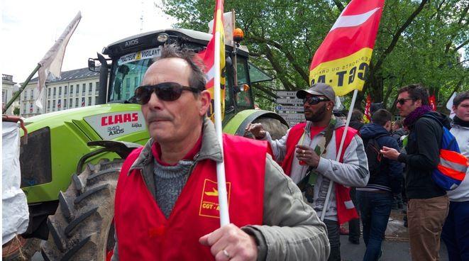 Militants de CGT AGO, qui regroupe des travailleurs de l'actuel aéroport, le 1er mai à Nantes (JL)