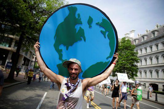 Un manifestant lors de la Marche du climat des peuples, près de la Maison Blanche, à Washington, le 29 avril 2017. JOSHUA ROBERTS / REUTERS