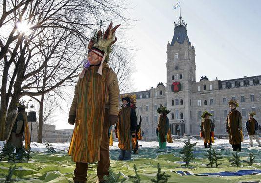 Des militants de Greenpeace lors d'une manifestation devant le Parlement québécois, en 2007. LAETITIA DECONINCK / AP