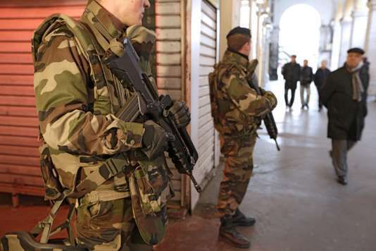 « En 2014, selon la Commission européenne, le budget de la justice française se classait à la 37e place sur 45  » (Photo: des soldats français en patrouille à Nice, le 4 février 2015). Lionel Cironneau/AP