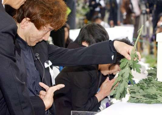 Célébration du cinquantième anniversaire de l'apparition de la « maladie de Minamata », le 1er mai 2006, dans la ville en bord de mer du Kyushu, au Japon, dont la population fut intoxiquée au mercure. AFP / AFP