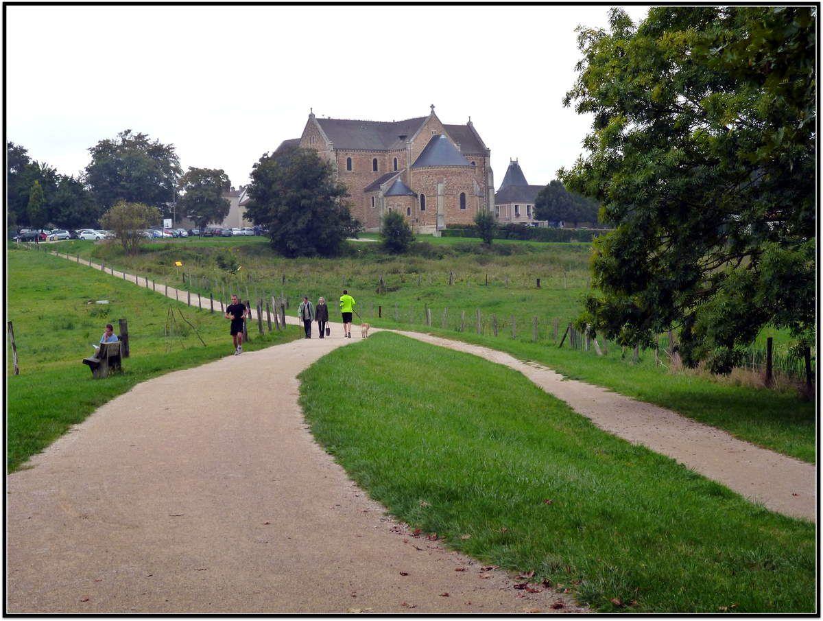 La Basilique de Longpont, au bord de l'Orge, sur le Chemin de Compostelle