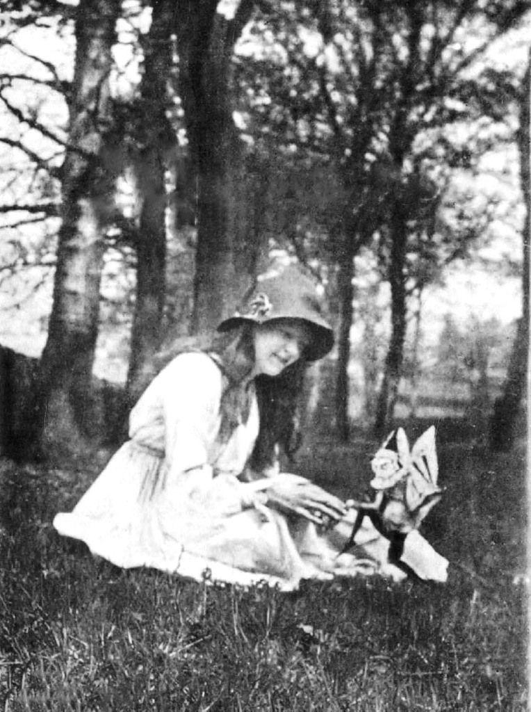 La deuxième photographie (1917), prise cette fois par Frances Griffiths et montrant Elsie Wright avec un gnome ailé