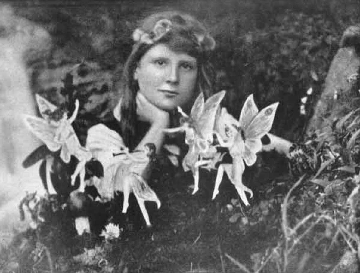 La première photographie (1917), prise par Elsie Wright et montrant Frances Griffiths en compagnie des fameuses fées