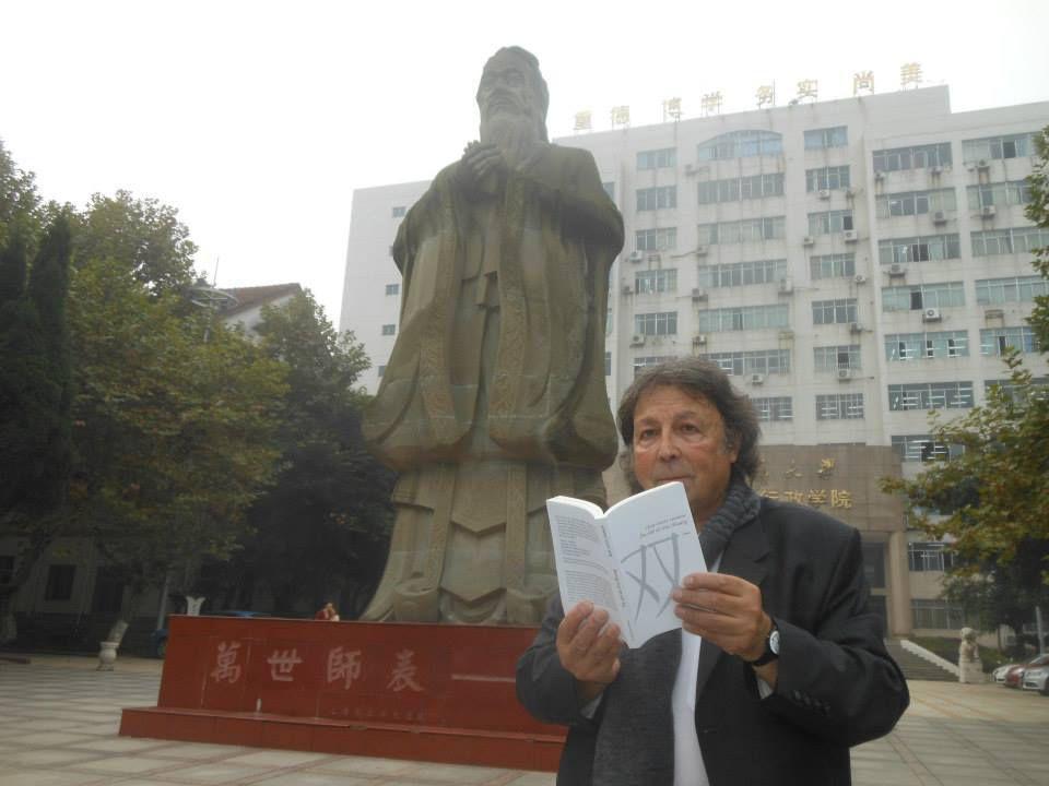 """Chengdu. 23 Oct. 2013. Lecture de """"Shuang"""" à Confucius qui, mais oui, applaudit. © Baptiste Resse"""