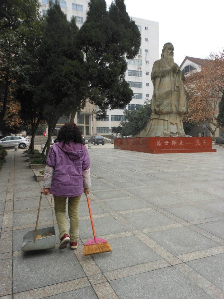 Chengdu. Sichuan. Chine. Déc 2011. Confucius et la balayeuse. © Jean-Louis Crimon