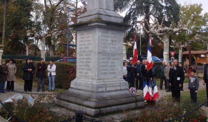 Le monument (site de La Dépêche http://www.ladepeche.fr/article/2012/11/16/1490092-castera-verduzan-monument-aux-morts-il-a-90-ans.html)