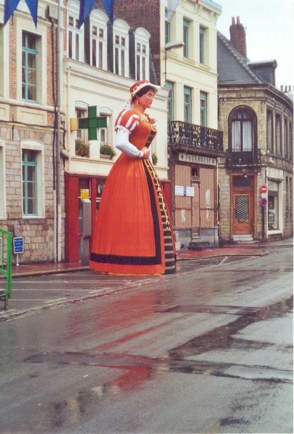 A propos de la Petite Place, Marie Cagenon, alias Mme Gayant, s'y est arrêtée juillet 2000 (et tous les ans.. sous le soleil)