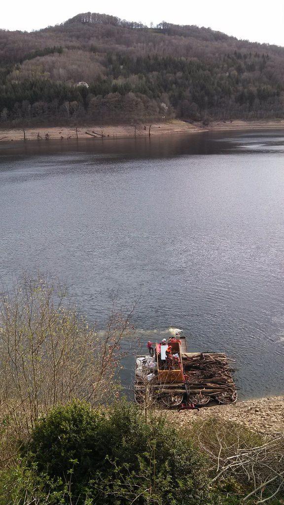 Enlèvement des bois séchés sur les rives du lac