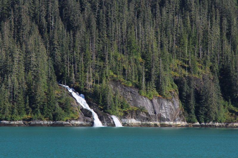 Cascades d'eau de glaciers en Alaska - été