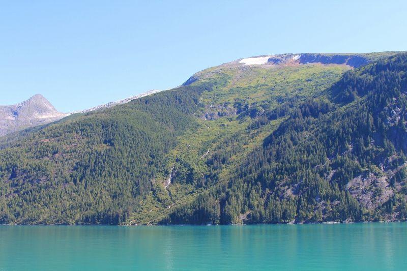 Eau turquoise des fjords d'Alaska - été