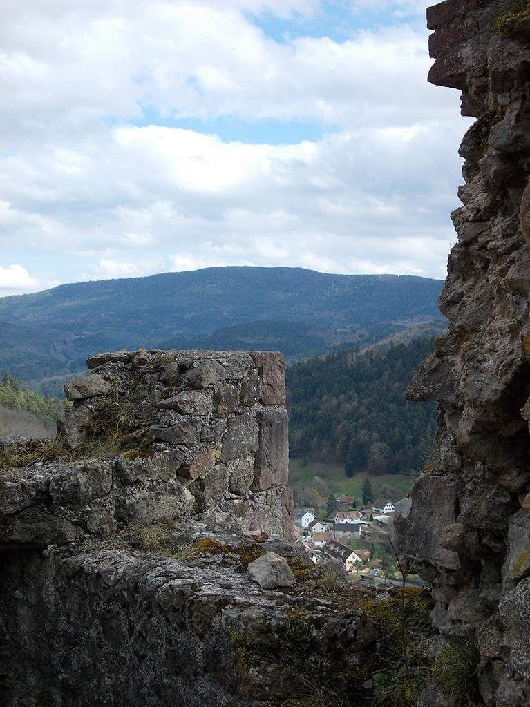 Après une montée bien raide, une vue sur le Petit Rombach et sur le reste des ruines