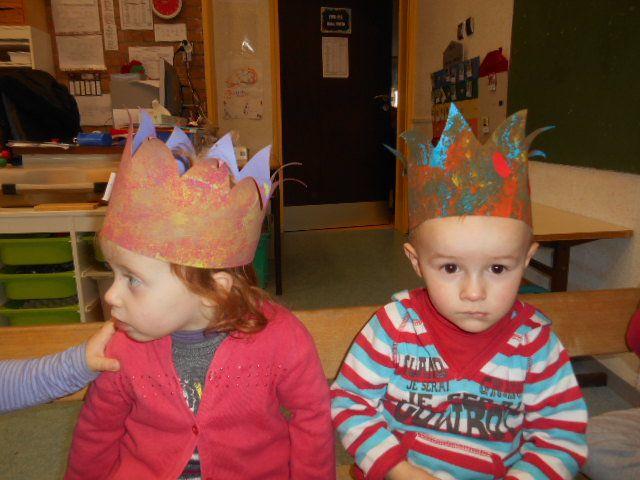 On suit la tradition et on se cache sous la table pour attribuer la part de galette&#x3B; c'est Lucie notre petite nouvelle qui a eu la fêve , c'est elle la reine et elle a choisi Arthur Comme roi. Voici maintenant tous nos couples de rois et de reines&#x3B; regardez comme ils sont beaux!