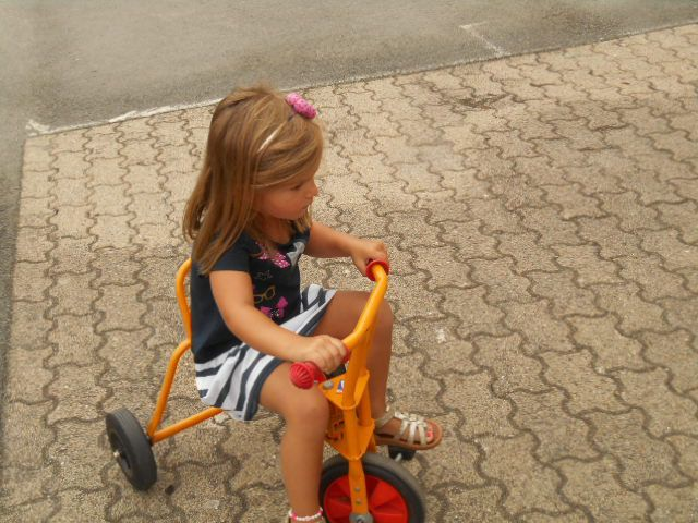 Première séance vélo dans la cour, on profite du beau temps c'est encore l'été!