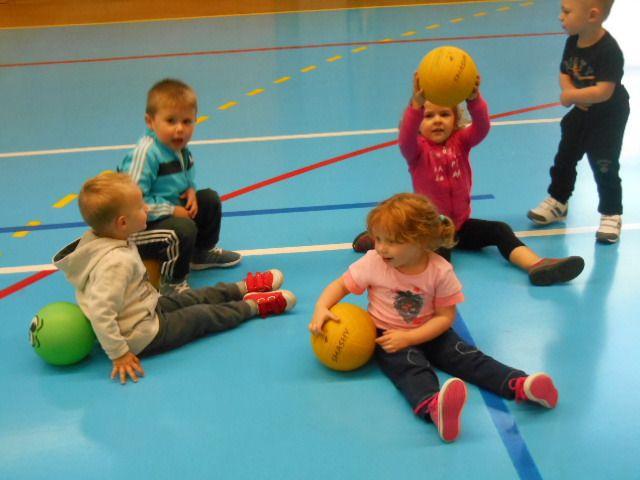 Nous découvrons l'espace de la salle de sports&#x3B; c'est génial pour jouer au ballon!