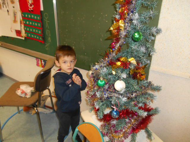 Avant les vacances nous avions décoré la classe et Père Noël est venu à l'école avant de passer dans toutes les maisons!