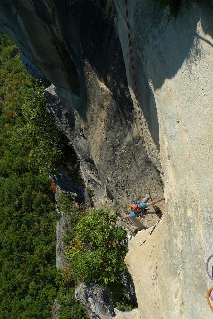 La L4, différents points de vue sur différents grimpeurs. Un départ en fissure large avec un final sur plats.