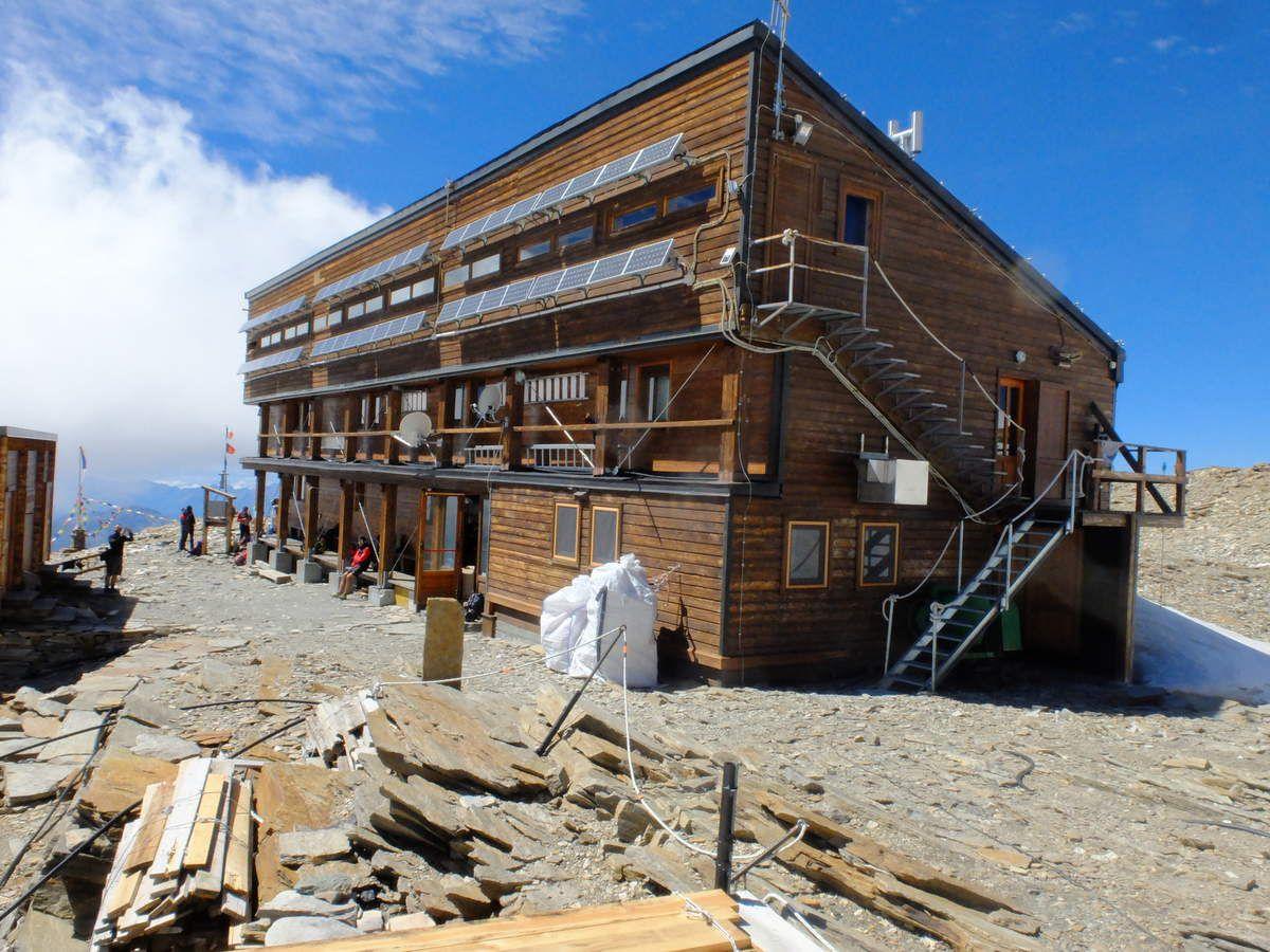 Le refuge Quintino Sella et son arête d' accés.
