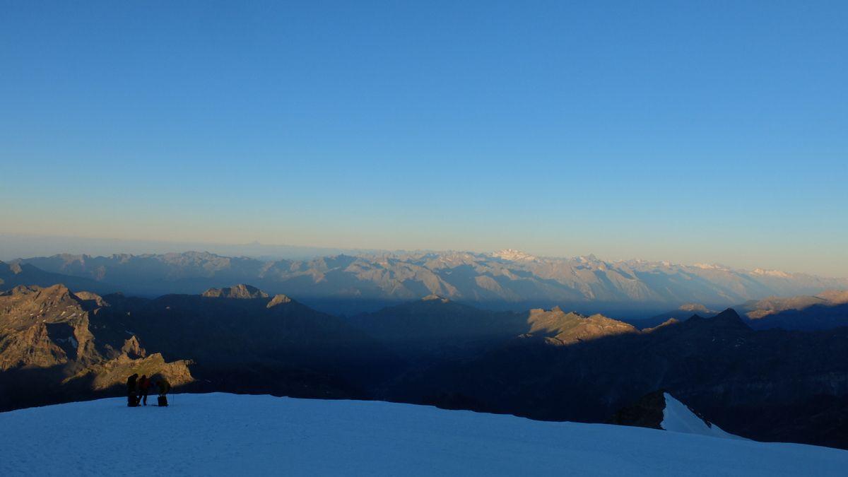 LA vue au levé du soleil: Viso, Grand Paradis, Mont Blanc et même Vanoise et Ecrins....