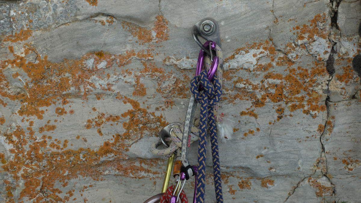 Des vieux pitons, relais classiques et quelques spits, pour finir: l'assurance au sommet.