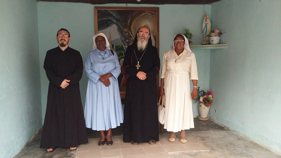 "End of a pastoral visit in Cameroon -Some religious ""Daughters of Mary"" (Roman-Catholique Order) come to say goodbye to the bishop -Last Meeting of the Clergy on 25 evening. (Lack Father Raphael for which we ask for a prayer: He is the victim of a road accident) -Family photo"