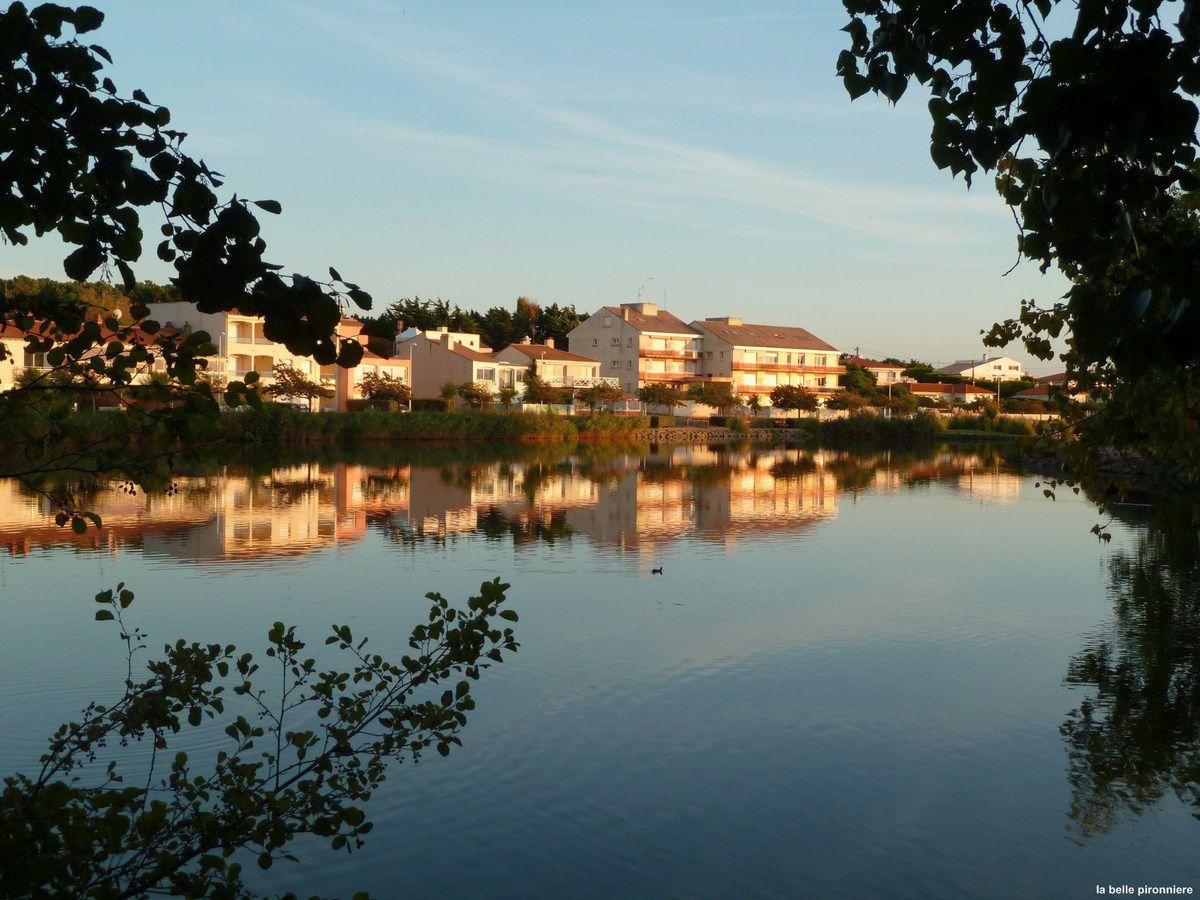 Les Sables d'Olonne : Le lac du tanchet sous le soleil couchant