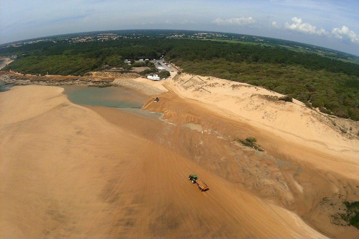 Vues aériennes des travaux sur la plage du Veillon
