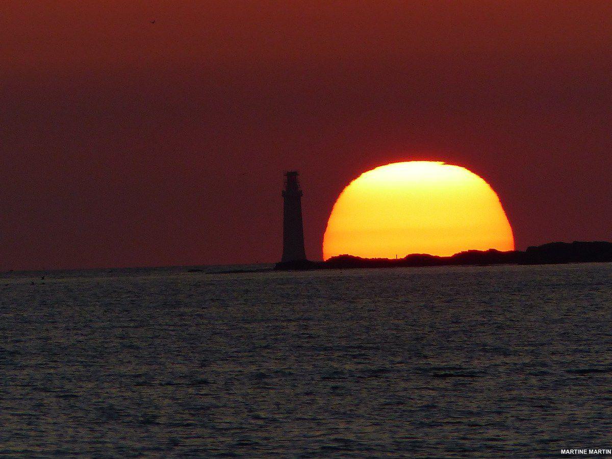 Coucher du Soleil au dessus du phare des barges aux Sables d'Olonne
