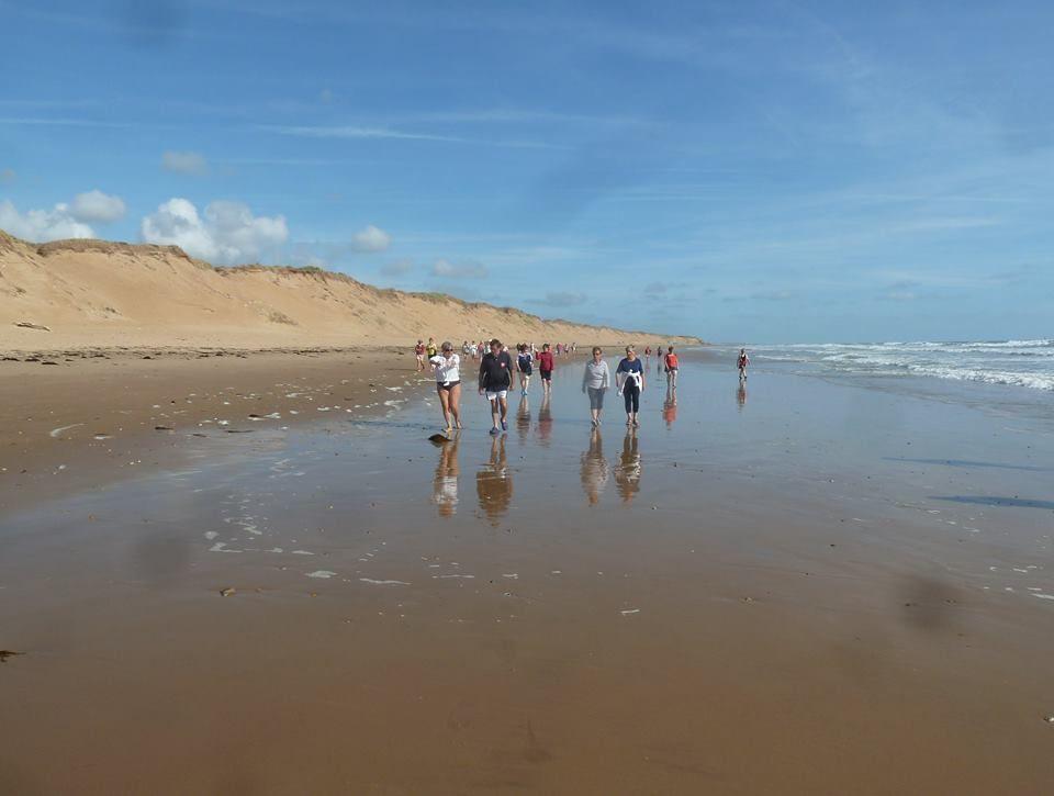Marche sur la plage de Sauveterre
