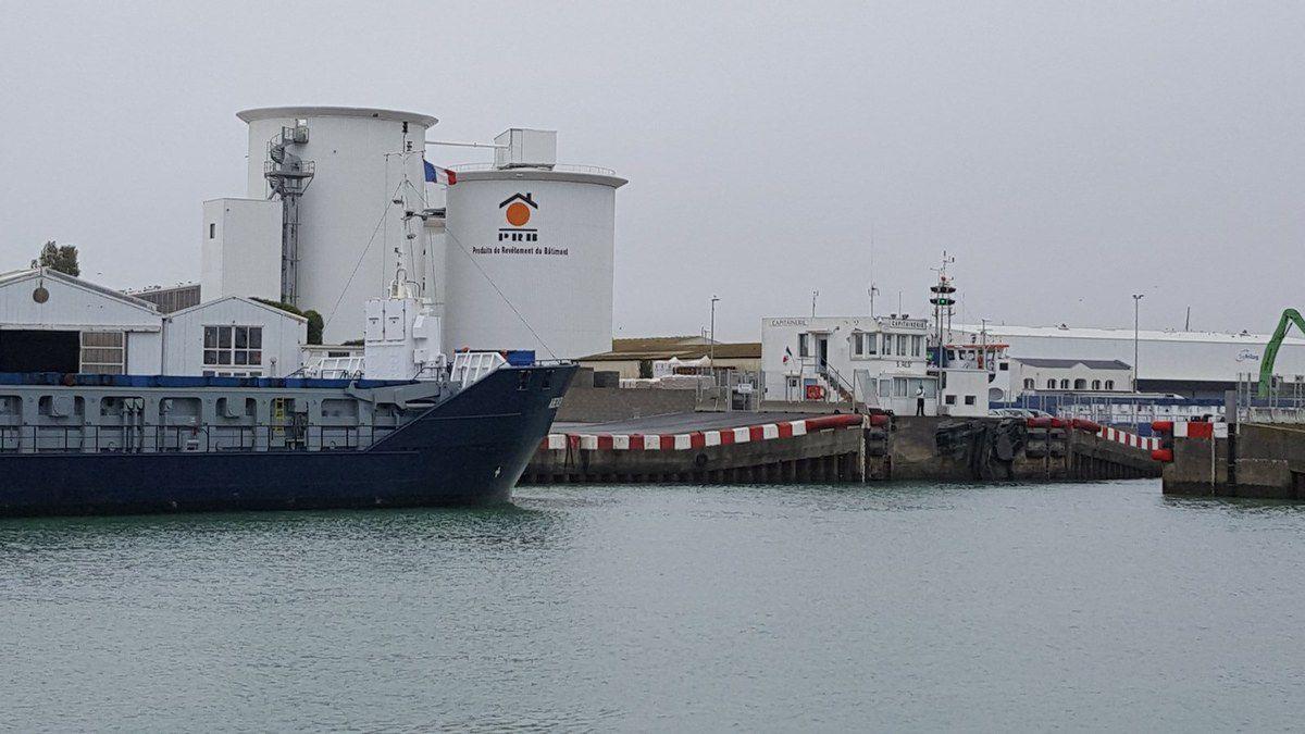 Entrée du cargo Aberdeen dans le Port des Sables d'Olonne