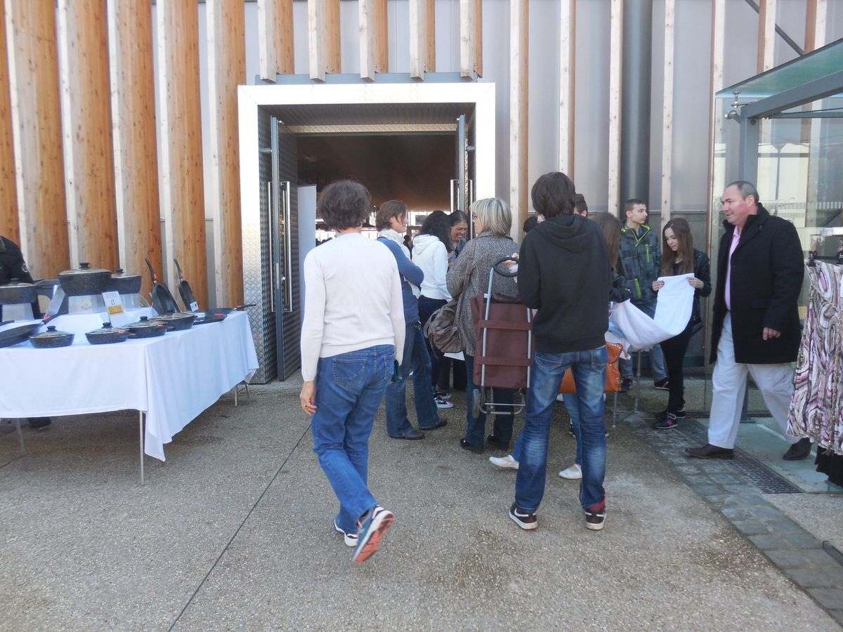 A certains moments, malgré notre place dans un coin, il y avait de nombreuses personnes qui s'intéressaient à notre projet