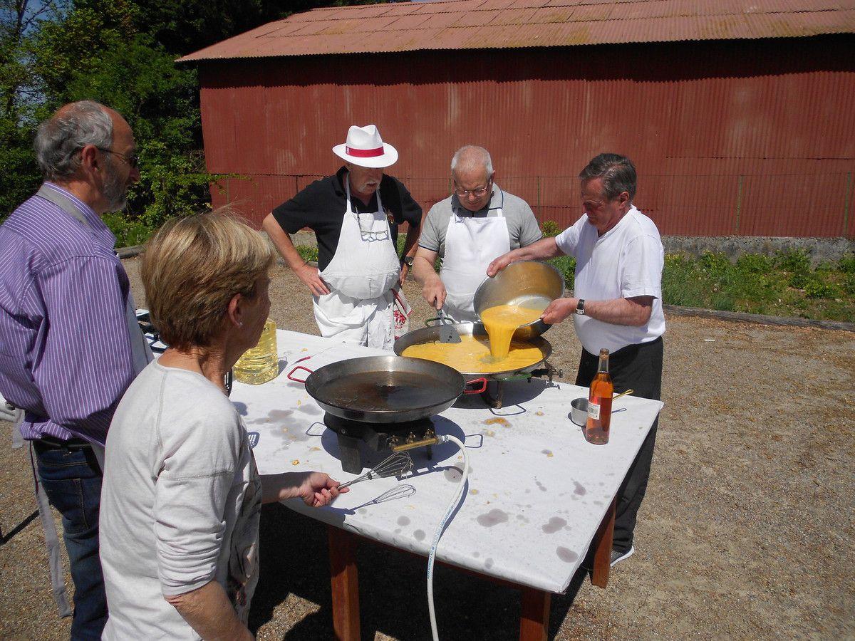 l'omelette presque terminée par les chefs Jean-PIerre et Dominique