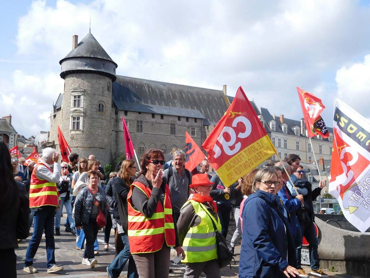 Les manifestants sur le Pont-Vieux (en arrière-plan, le château de Laval) le 12 septembre 2017