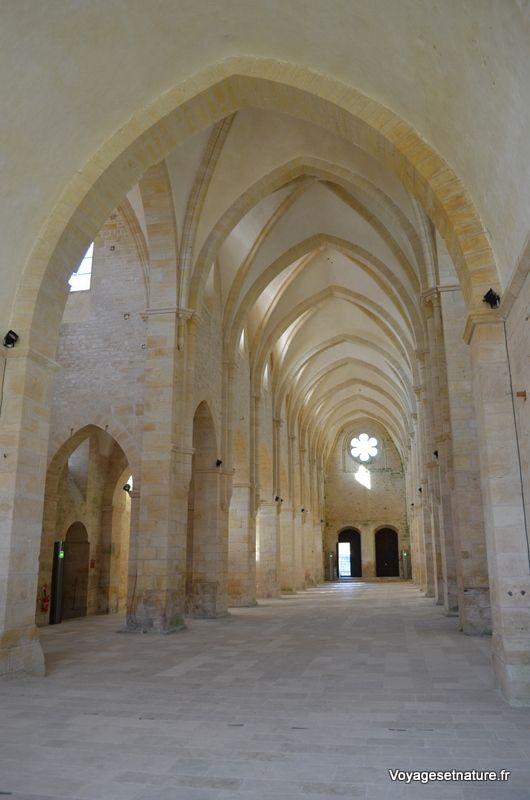 Nef aux lignes épurées : architecture typiquement cistercienne !