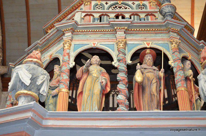 Détail du baptistère de Lampaul-Guimilliau avec St-Jacques